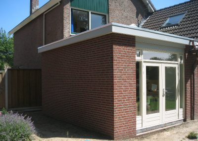 terrasdeurkozijn met doorlopende borstwering en 2 uitzetramen geplaatst door Renova-Twente-Bouw